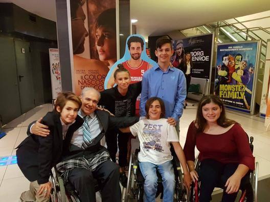 I protagonisti del film Tiro Libero al cinema con il presidente del basket in carrozzina Zappile