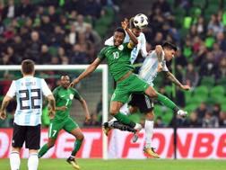 Obi Mikel, German Pezzella e Enzo Perez a caccia del pallone. Afp