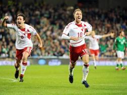 Christian Eriksen festeggia dopo la tripletta a Dublino