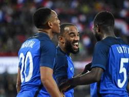 Lacazette festeggiato dai compagni dopo il gol dell'1-0. Getty Images