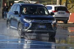 Un momento delle lezioni di guida sicura impartite ai d.s. dell'UAE-Emirates. Bettini