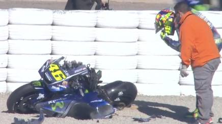 Rossi osserva la sua M1 dopo la caduta nei test di Valencia. motogp.com