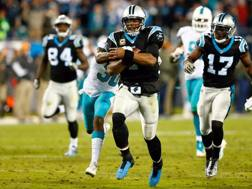 Cam Newton, 28 anni, quarterback dei Carolina Panthers, nel Monday Night vinto su Miami REUTERS