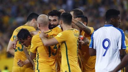 Jedinak, autore dei tre gol qualificazione, festeggiato dai compagni. Ap