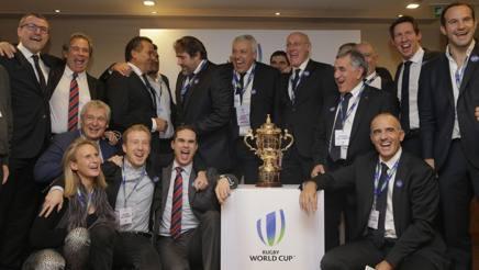 La delegazione francese in festa davanti alla coppa del Mondo. Ap