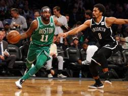 Kyrie Irving contro Spencer Dinwiddie. Reuters
