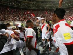 I giocatori del Perù festeggiano con i tifosi la qualificazione a Russia 2018 Afp