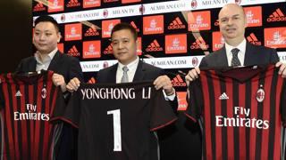 Li Yonghong, presidente del Milan, tra David Han Li, Executive Director, e Marco Fassone, a.d. rossonero. Afp