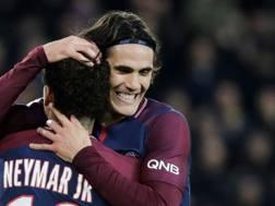 Neymar e Cavani festeggiano la vittoria ai danni del Nantes. AFP
