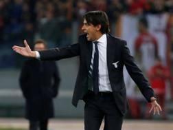 Simone Inzaghi, 41 anni, dà indicazione ai suoi durante il derby di Roma. Reuters