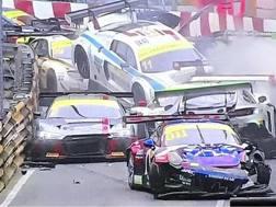Ben 12 vetture coinvolte al primo giro nel GT a Macao