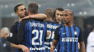 D'Ambrosio e Santon si abbracciano sotto gli occhi di Joao Mario; dietro, Perisic abbraccia Miranda. Getty