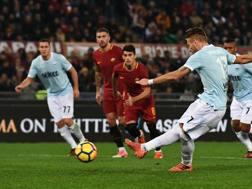 Ciro Immobile realizza il rigore del 2-1 nel derby capitolino. Afp