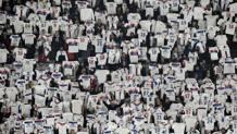 La provocazione dei tifosi dell'Olympique Marsiglia. Afp