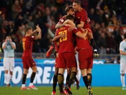 I giallorossi festeggiano la vittoria nel derby romano Reuters