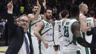 Sacripanti festeggia con Avellino dopo la vittoria al Forum. Ciam/Cast