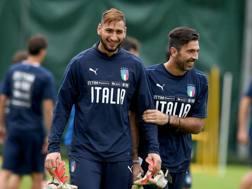 Gianluigi Donnarumma e Gianluigi Buffon durante un allenamento a Coverciano in ottobre. Getty