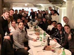 La foto twittata da Leonardo Bonucci, con tutto il Milan riunito per cena