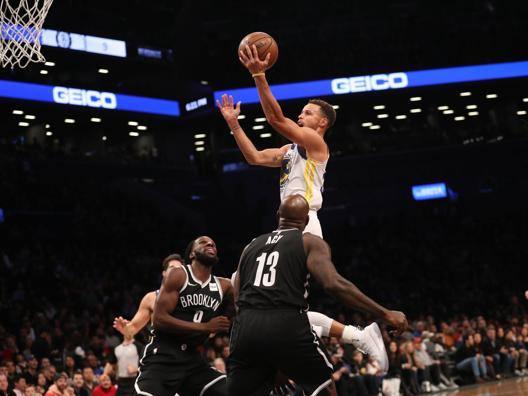 Stephen Curry, 29 anni, in volo sulla difesa dei Nets. Reuters