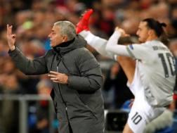 Mourinho con Ibra che si scalda alle sue spalle. Action Images