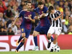 Un duello tra Leo Messi e Paulo Dybala nella sfida di andata al Camp Nou. Getty