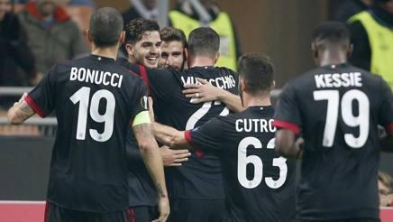 André Silva, 2 gol, festeggia con i compagni. Ap