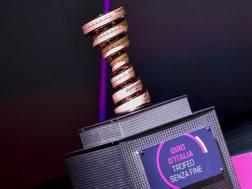 Il Trofeo Senza Fine, che viene assegnato al vincitore del Giro d'Italia. Bettini