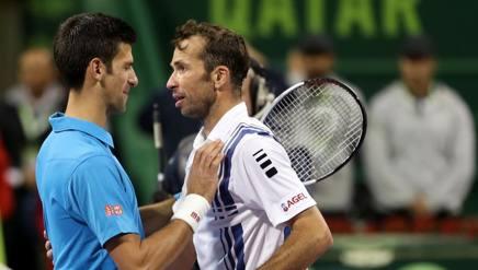 Novak Djokovic e Radek Stepanek in um'immagine ai quarti di Doha dello scorso gennaio. Afp