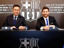 Leo Messi, classe 1986, con il presidente Bartomeu. Epa