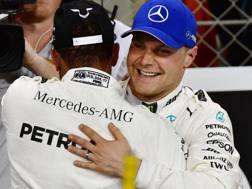 Bottas congratulato da Hamilton. Afp