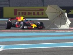 L'ombrellone volato in pista nelle Libere3. twitter formula1