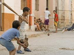 Ragazzini alle prese col baseball nelle strade de L'Avana.Dreamstime