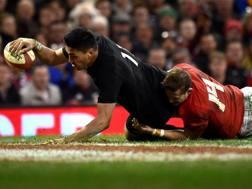 Il neozelandese Rieko Ioane , 20 anni, in meta contro il Galles REUTERS