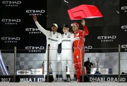 Il podio dell'ultimo Gp di Abu Dhabi: da sinistra Hamilton, Bottas e Vettel REUTERS