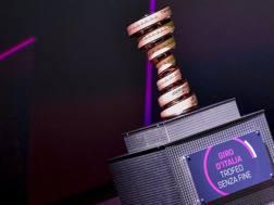 Il trofeo Senza Fine, che si assegna al vincitore del Giro d'Italia. Bettini