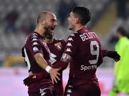 Belotti festeggiato da De Silvestri dopo il gol. Getty