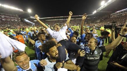 Il tecnico del Gremio Renato Portaluppi portato in trionfo dopo la vittoria della Libertadores.
