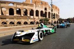 Le vetture di Formula E in parata davanti al Colosseo