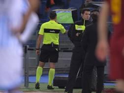 Rosario Abisso, arbitro di Roma-Spal, alle prese con la Var.  Lapresse