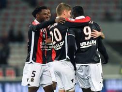 Balotelli abbracciato a Nizza dopo il gol. Afp