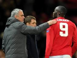 Mourinho si complimenta con Lukaku, autore del pareggio con il Cska. Getty