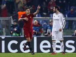 Diego Perotti esulta dopo il gol vittoria.
