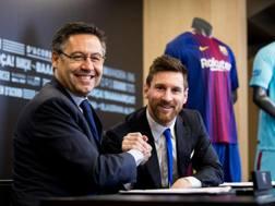 Leo Messi con Josep Maria Bartomeu dopo la firma. Reuters