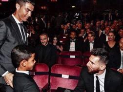 La stretta di mano tra Cristiano Jr. e Lionel Messi nel 2015