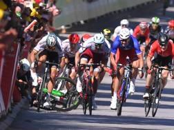 La contestata volata di Sagan (primo a sin) nella quarta tappa del Tour 2017. Bettini