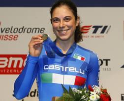 Annalisa Cucinotta con la medaglia d'argento vinta nell'eliminazione su pista agli Europei 2015. Bettini