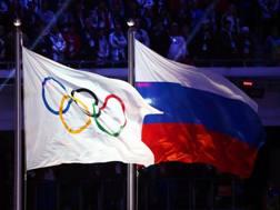 La bandiera del Cio accanto a quella russa. Ap