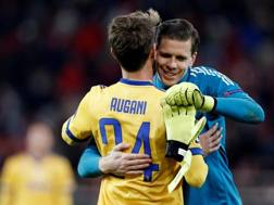 Wojciech Szczęsny abbraccia Rugani dopo la vittoria in Champions Reuters