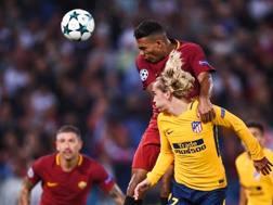 Juan Jesus e Antoine Griezmann avversari in Roma-Atletico Madrid. AFP