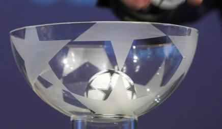 Le palline usate per il sorteggio di Europa League. Epa